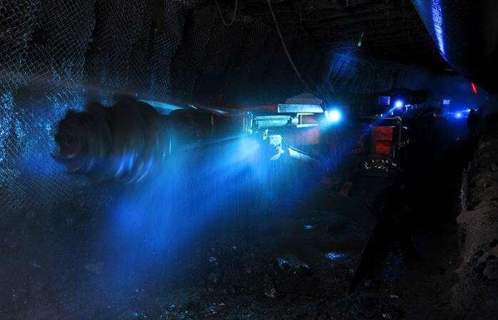 矿用设备中的悬臂式综掘机是如何工作的?